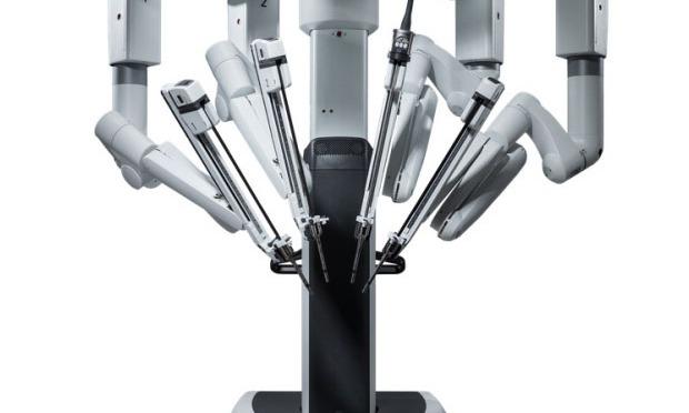 Robot-chirurgien a quatre bras